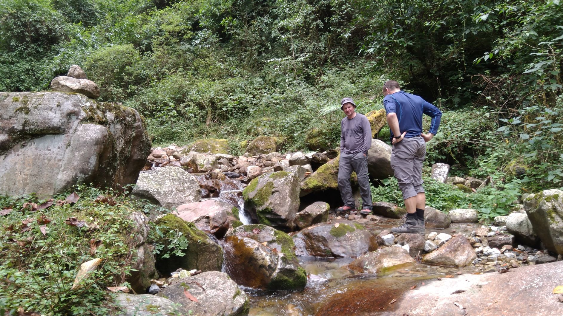 Atpūtas vieta pie upes netālu no iejas Kančendžunga parkā